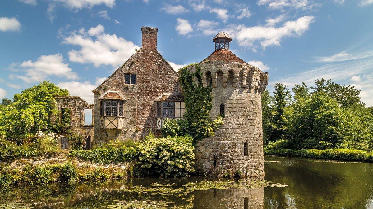 Bauwerk in einem englischen Garten
