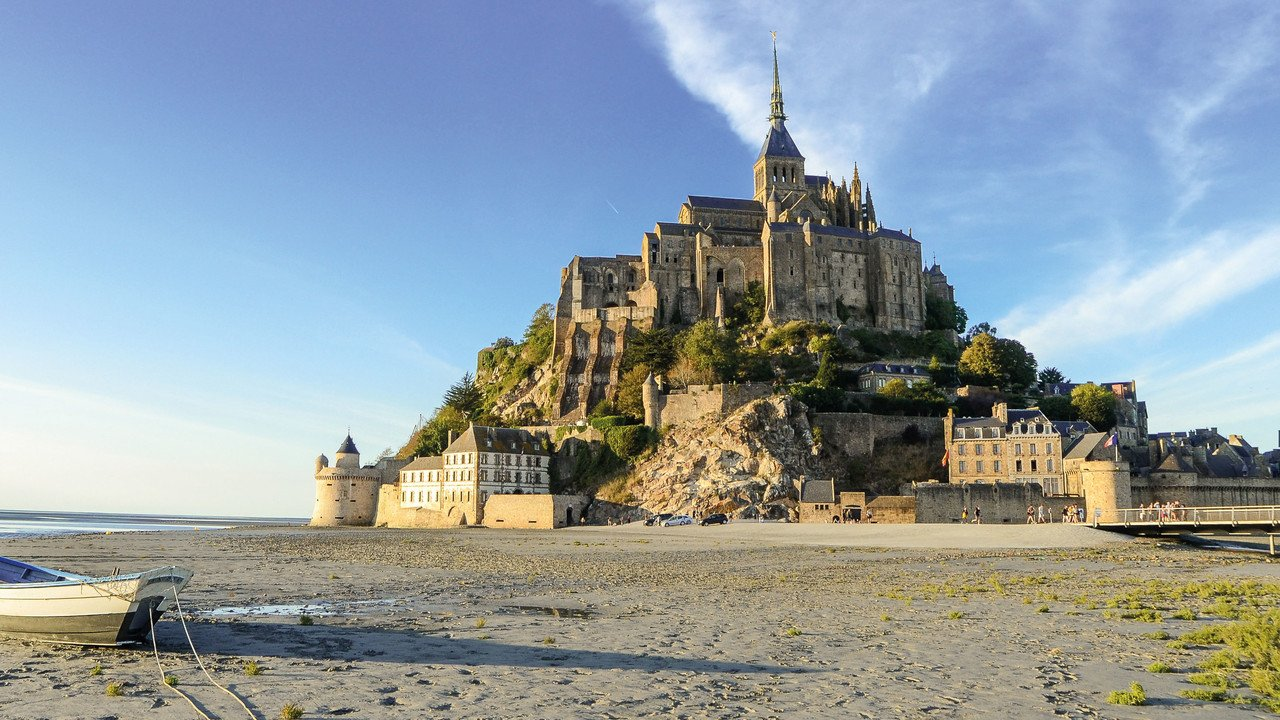 Blick auf französisches Schloss am Strand