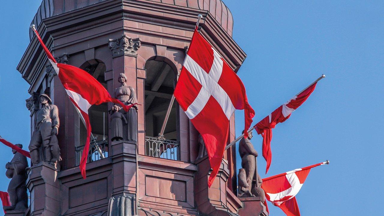 Denkmal in Kopenhagen mit Fahnen