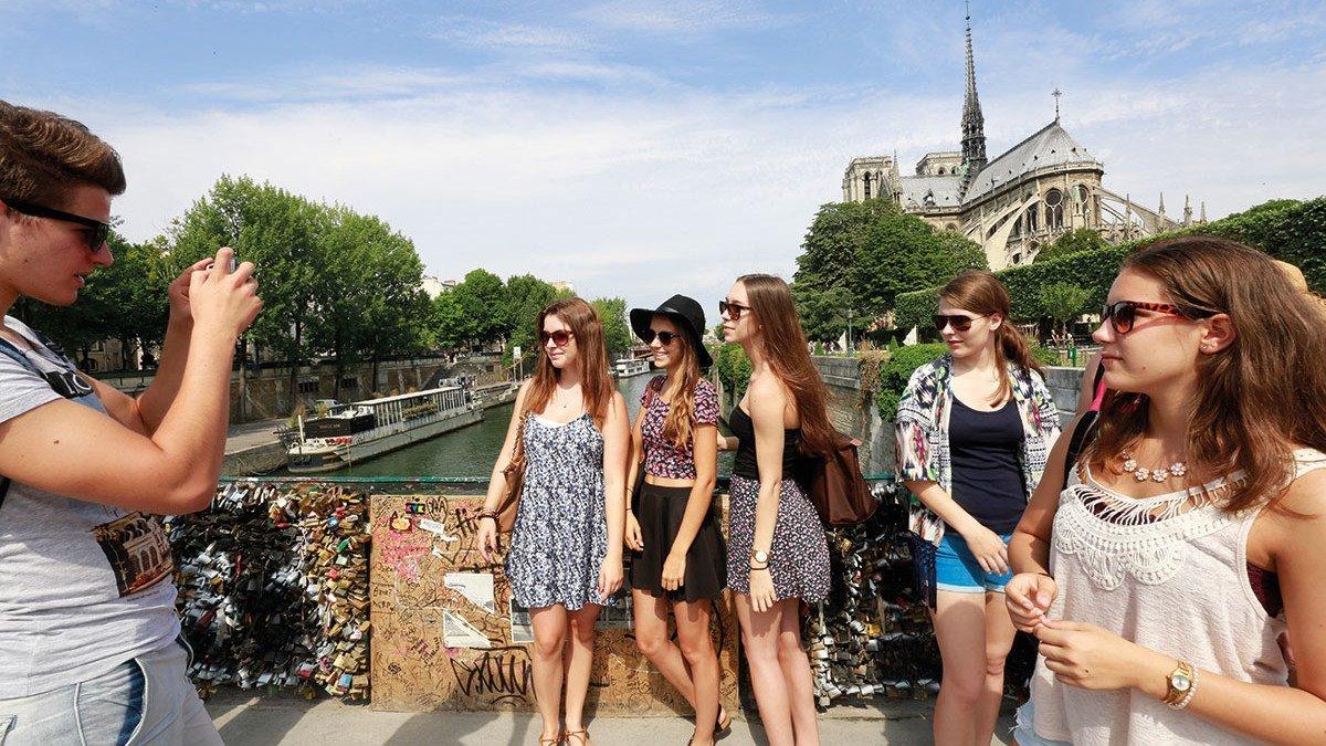 Schülergruppe mitten in Paris wird fotografiert