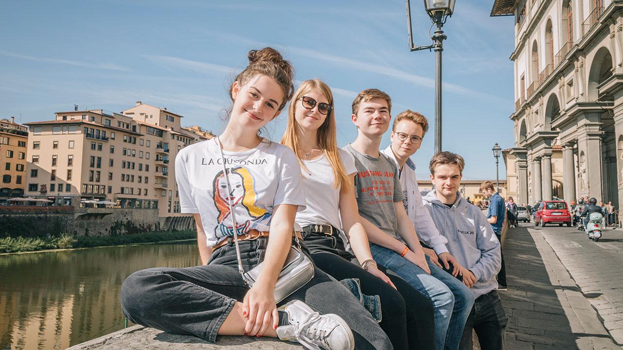 Schüler am Arno in Florenz