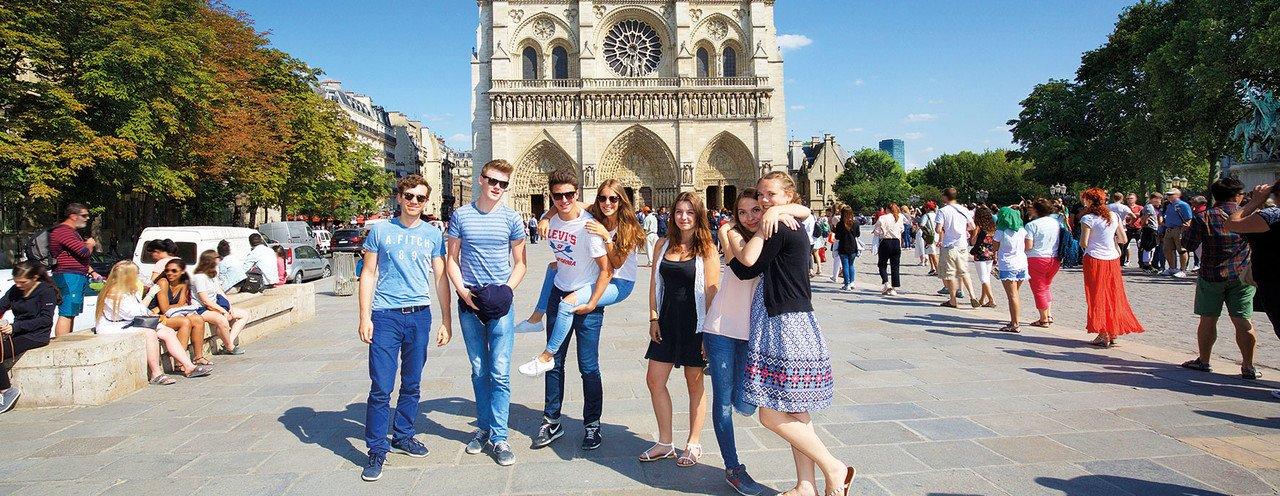Jungen und Mädchen vor der Kirche Notre Dame