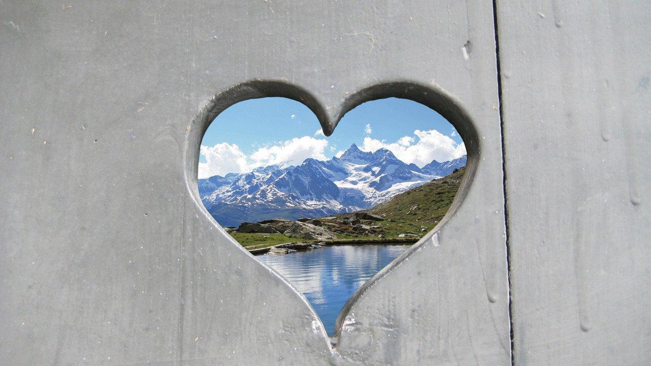 Schweizer Herz mit Berglandschaft
