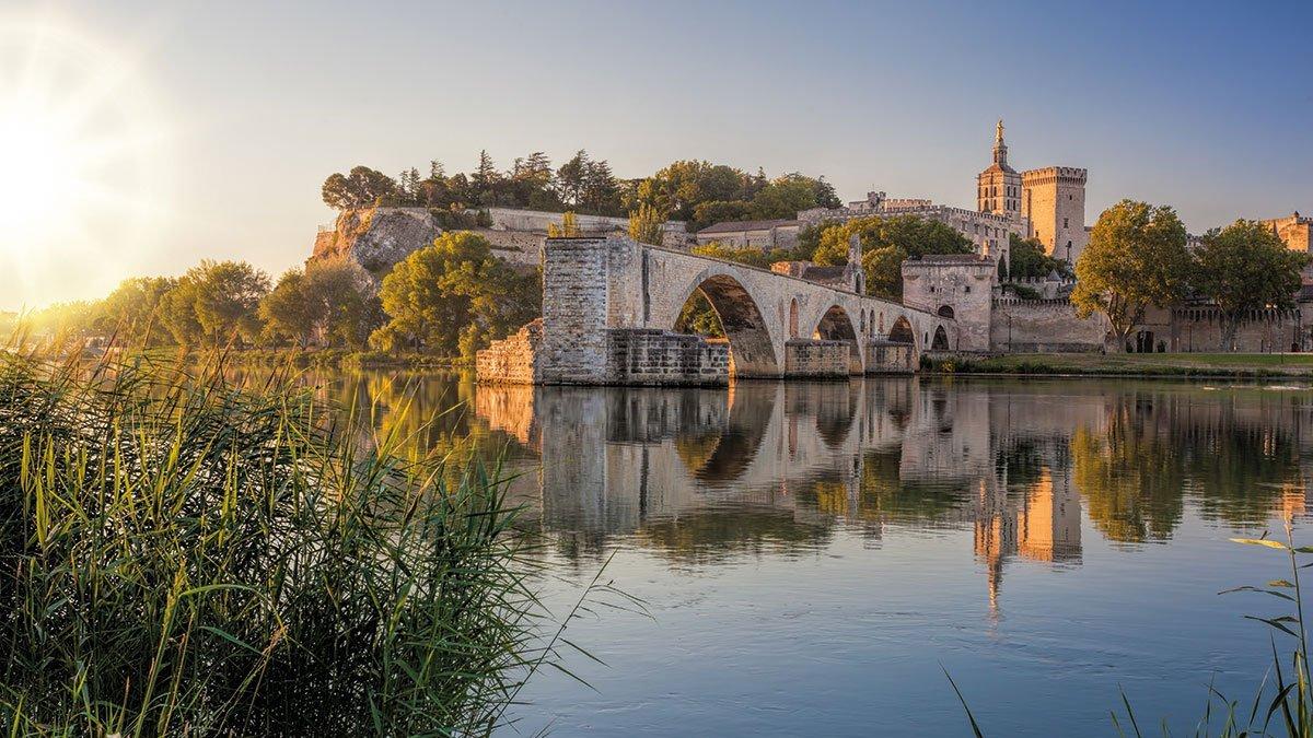Avignon mit alter Brücke im Sonnenuntergang