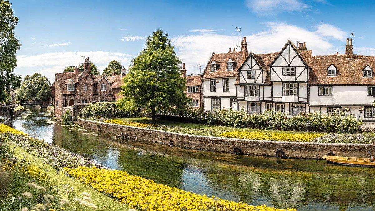 Alte Häuser in Canterbury vor einem kleinen Fluss