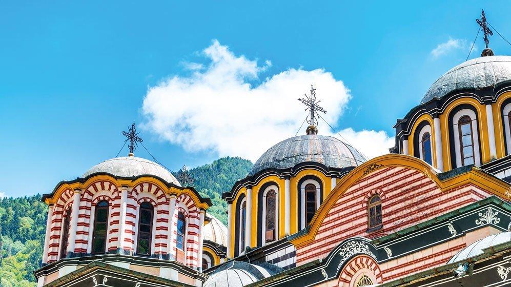 Kloster in Bulgarien mit Berglandschaft im Hintergrund