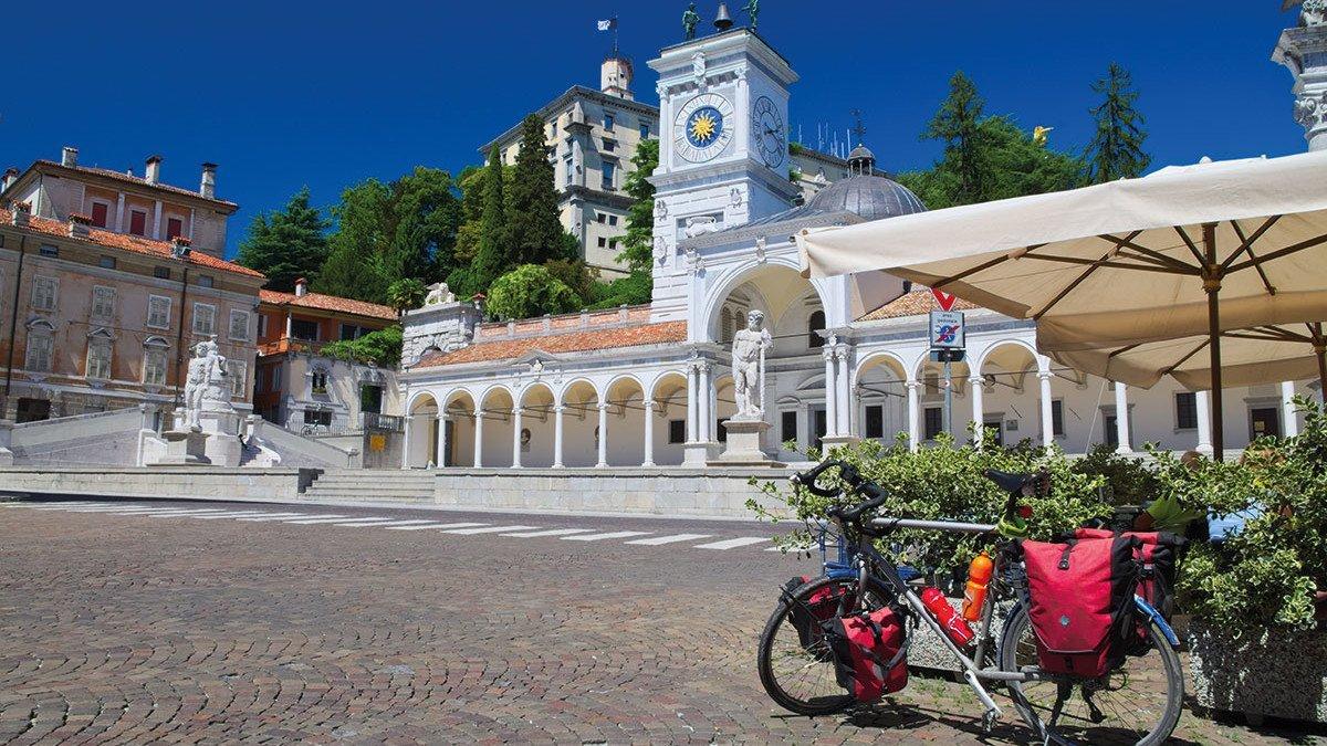 Mit dem Fahrrad am Friaul Udine Piazza Libertà