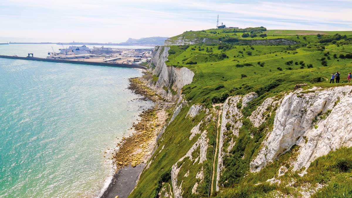 Kreidefelsen von Dover mit dem Hafen im Hintergrund