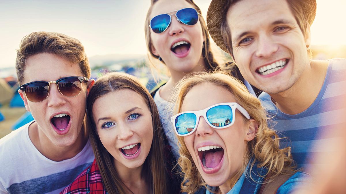 Jugendliche mit Sonnenbrillen