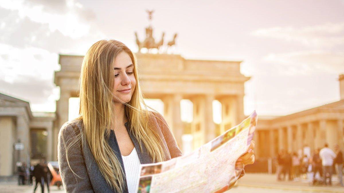 Mädel vor dem Brandenburger Tor in Berlin