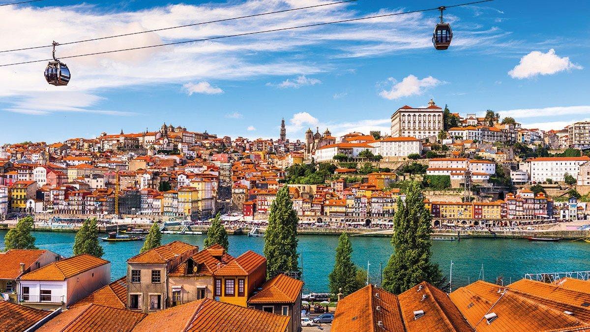 Porto Stadtansicht mit Seilbahn über dem Fluss