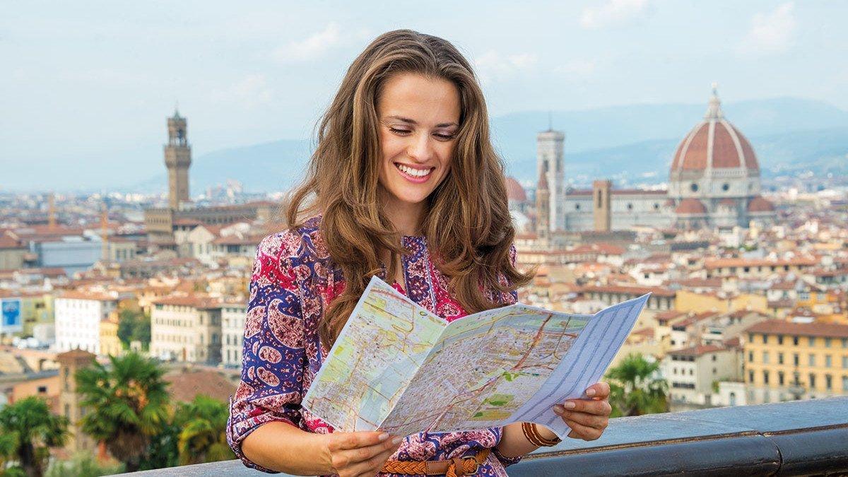 Mädchen mit einer Stadtkarte in Florenz