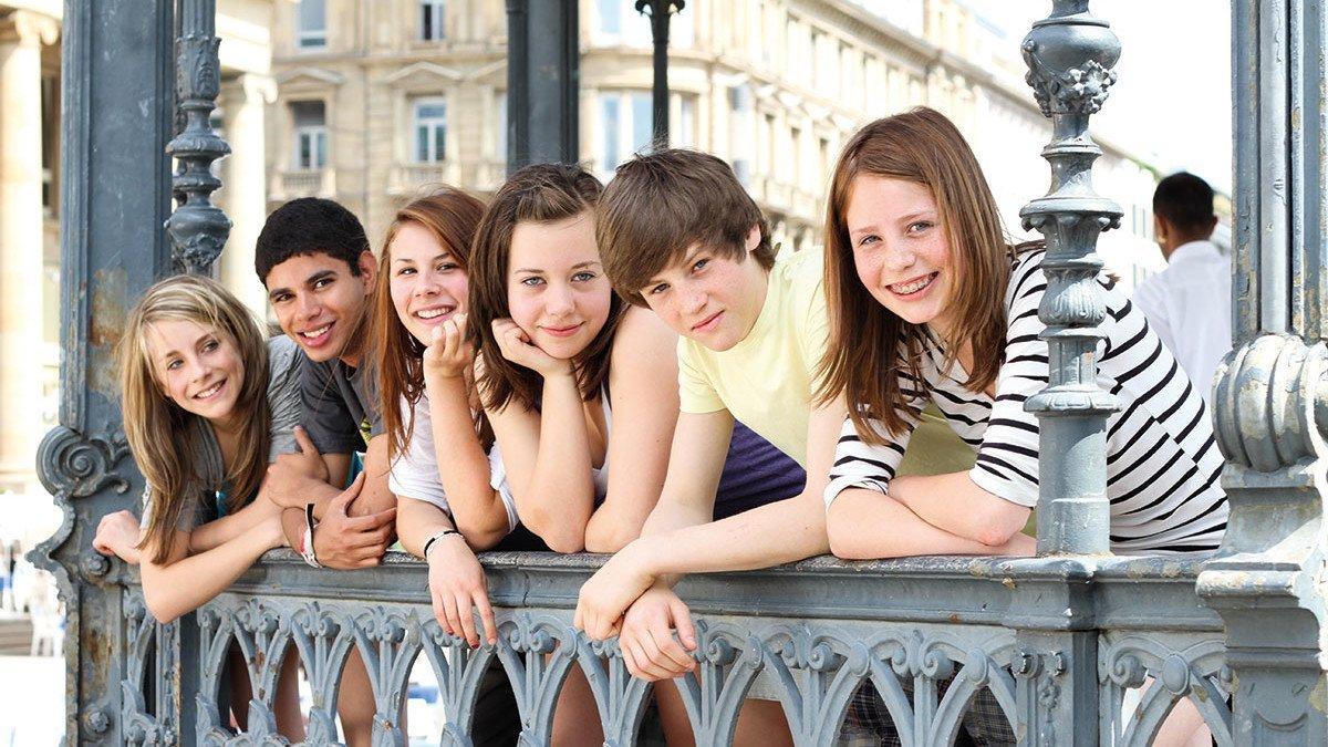 Viele Jugendliche an einem Geländer in Hastings