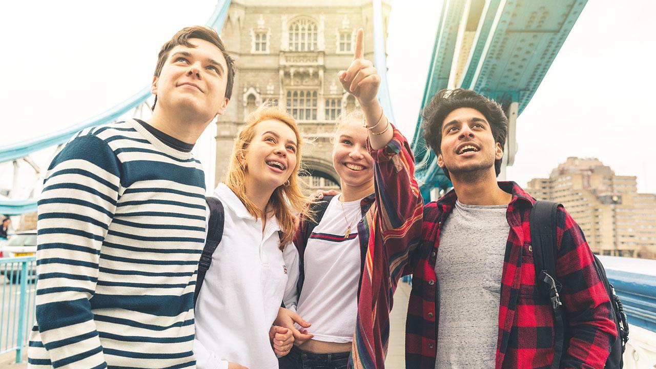 Schüler auf der Tower Bridge