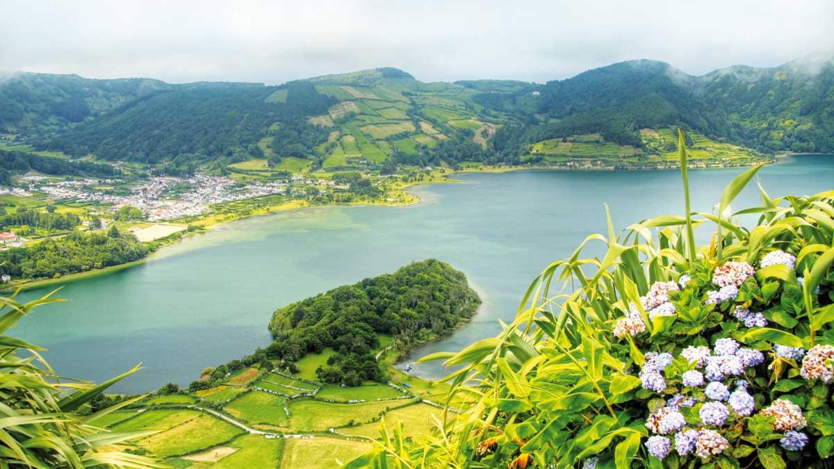 Wunderschöner Ausblick auf die grüne Küste der Azoren