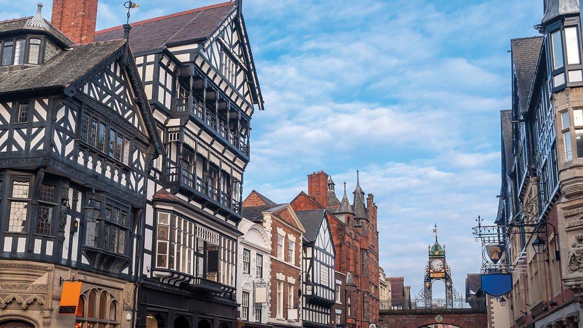 Blick durch die Gassen auf East Gate Uhr in Chester