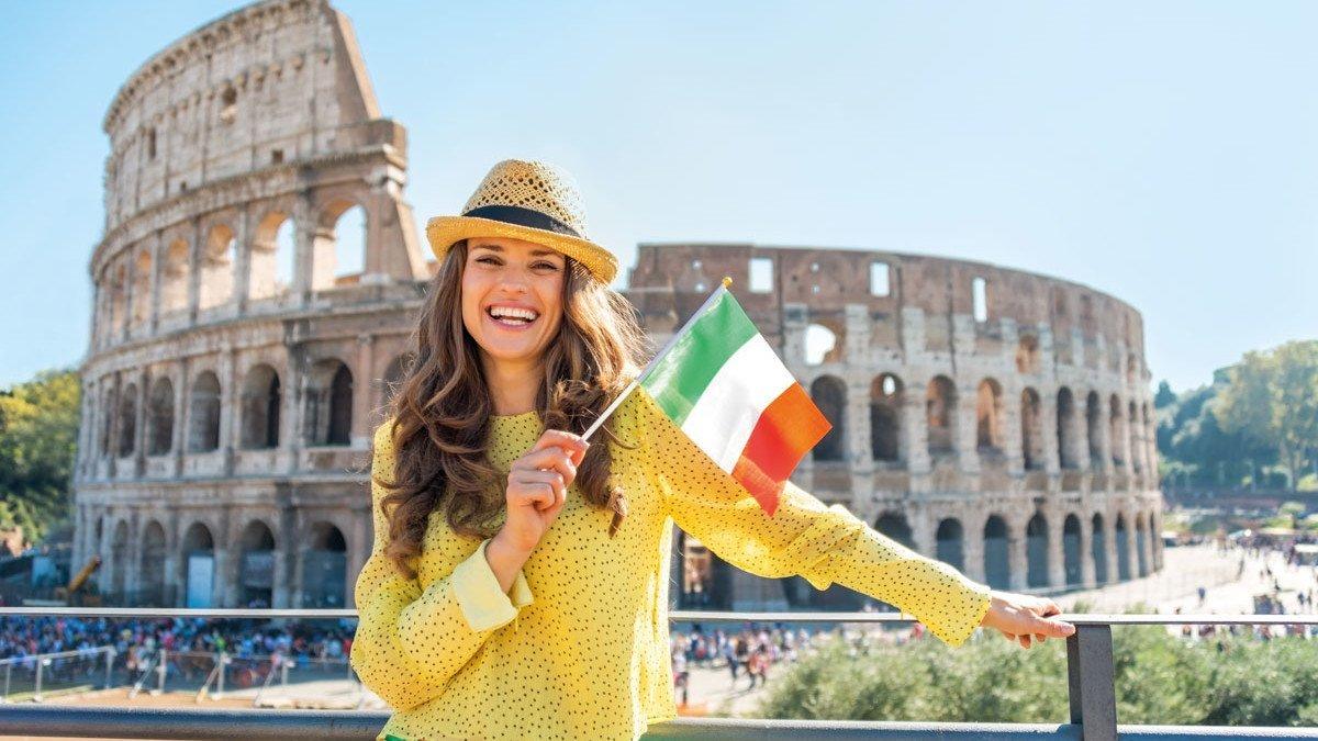 Mädel mit einer Italienflagge vor dem Kolosseum in Rom