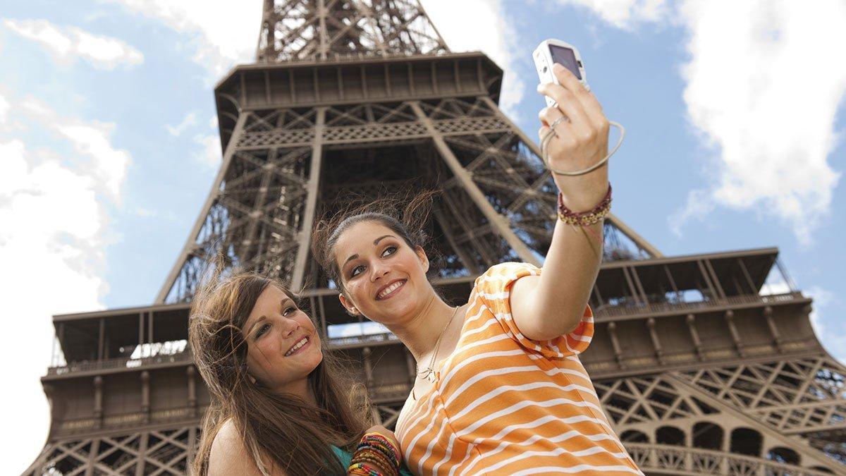 Mädels machen ein Foto vor dem Eiffelturm