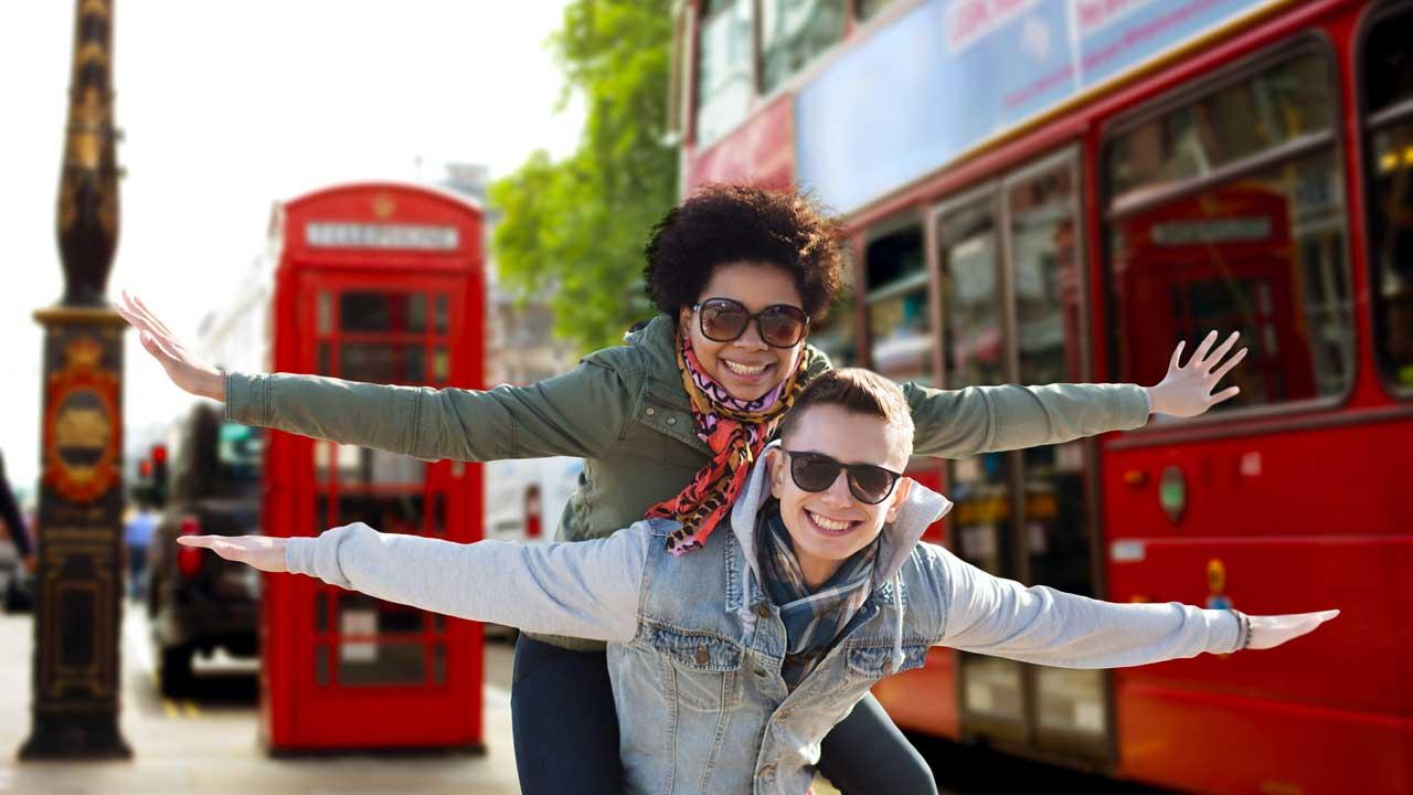 Paar vor Bus und Telefonzelle in London
