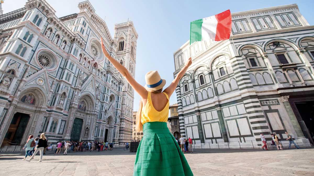 Schülerin mit Italienflagge vor der Kathedrale in Florenz