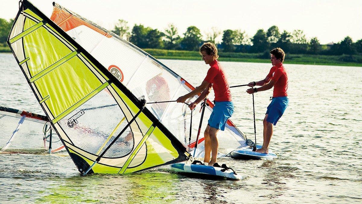 Jungs haben Spaß im See
