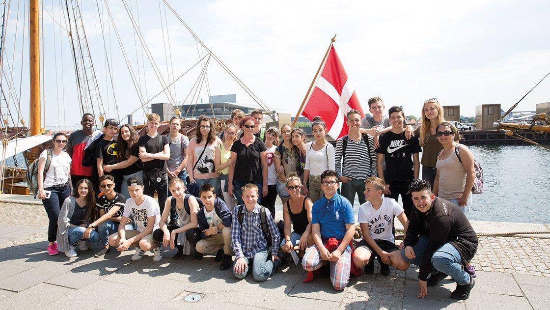 Gruppe Schüler am Hafen