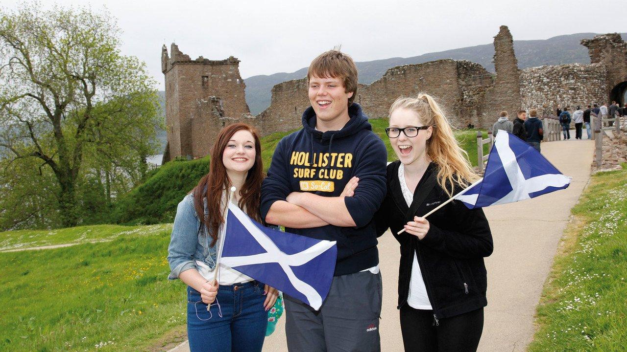 Schüler mit Schottland-Fahne