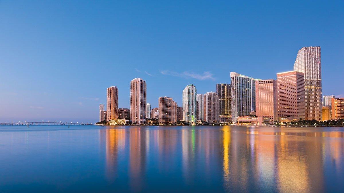 Skyline Miamis in der Abenddämmerung
