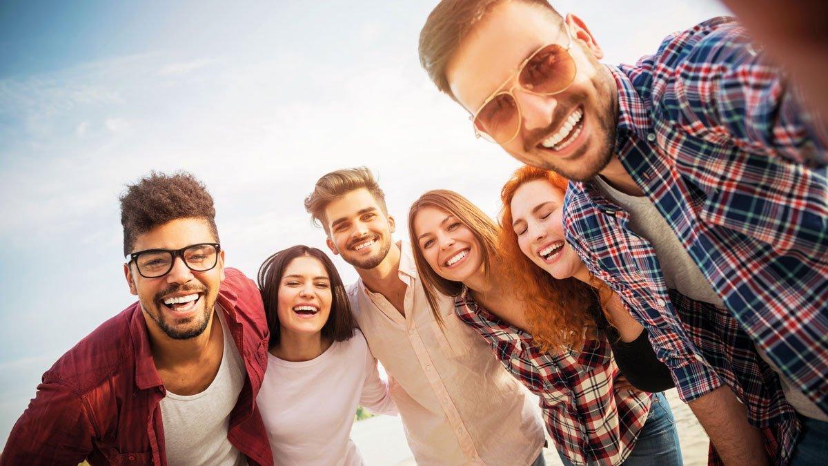 Jugendliche grinsen in die Kamera