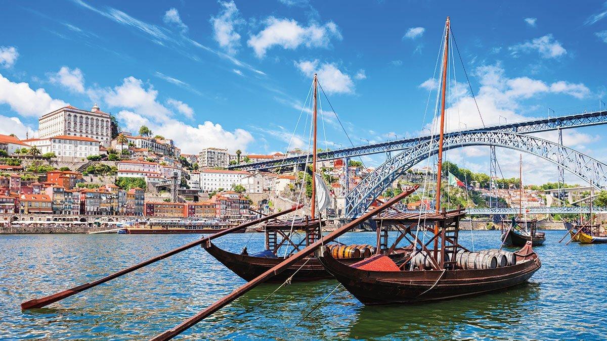 Klassische Boote im Hafen Portugals