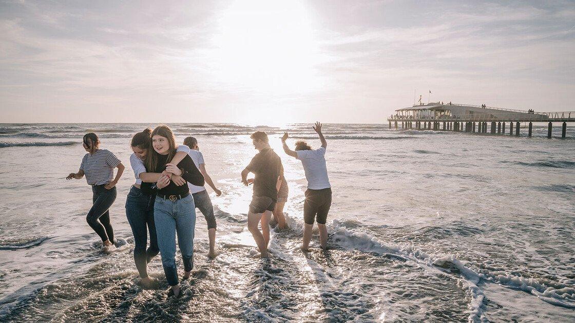 Schüler im Meer an der Versiliaküste