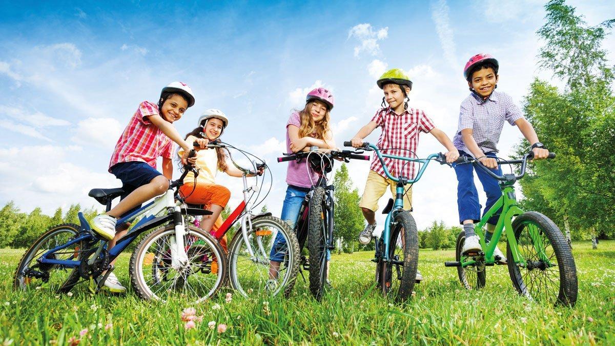 Jugendliche mit Fahrrädern im Harz