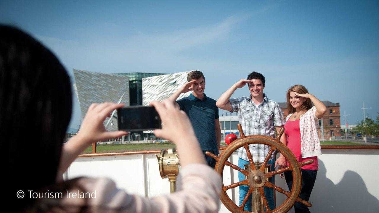 Schüler vor Titanic Museum in Belfast