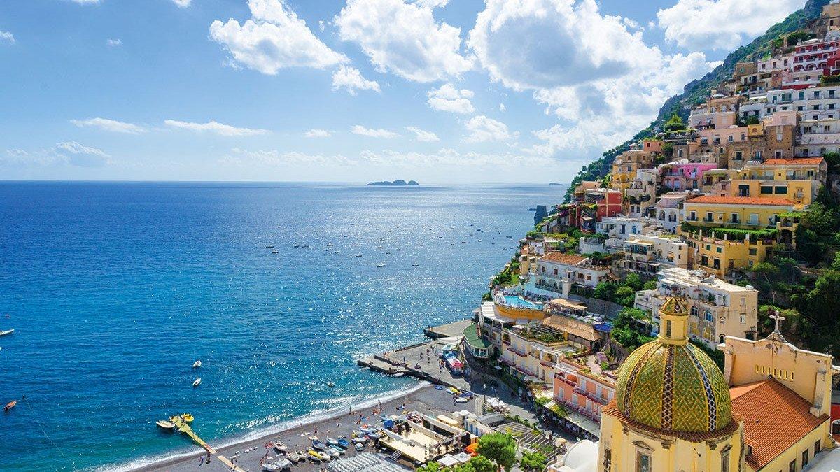 Wunderschöner Ausblick auf den Golf von Neapel mit einem bebauten HAng im Vordergrund