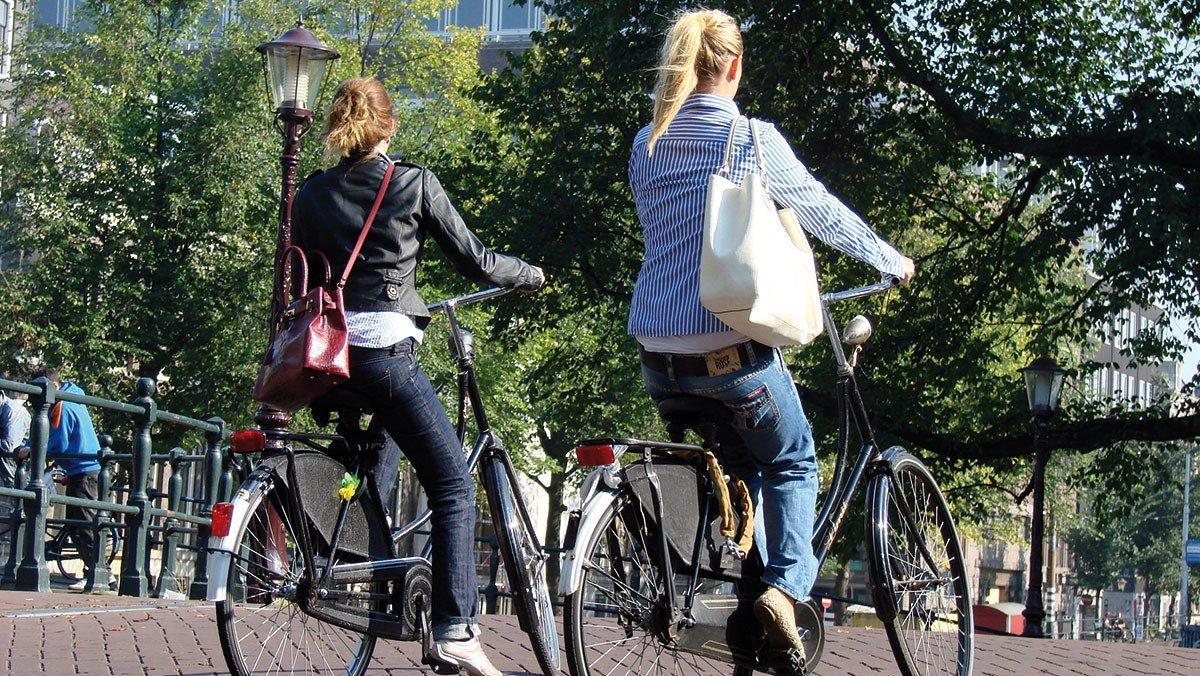 Mädels auf dem Rad in Utrecht am Nachmittag