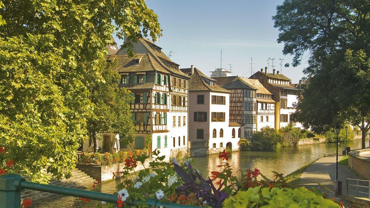 Fachwerkhäuser am Wasser im Elsass