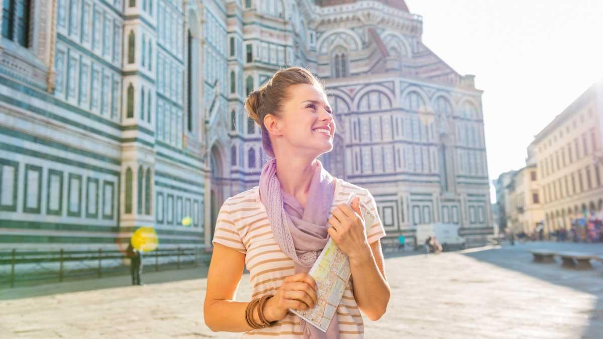 Schülerin vor der Kathedrale in Florenz