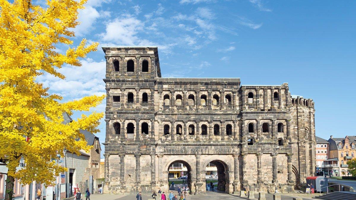 Das Porta Nigra in Trier bei schoenem Wetter