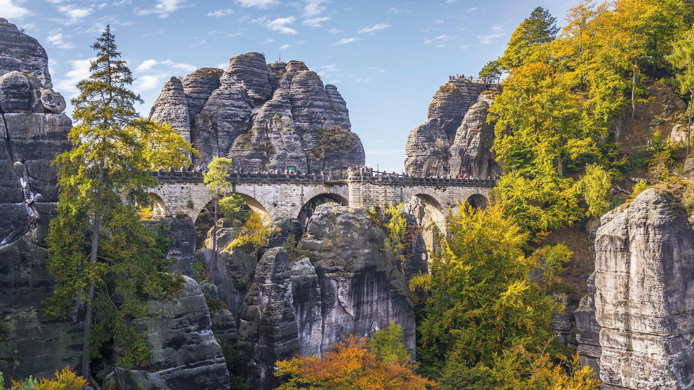Blick in Bucht mit alter Steinbrücke