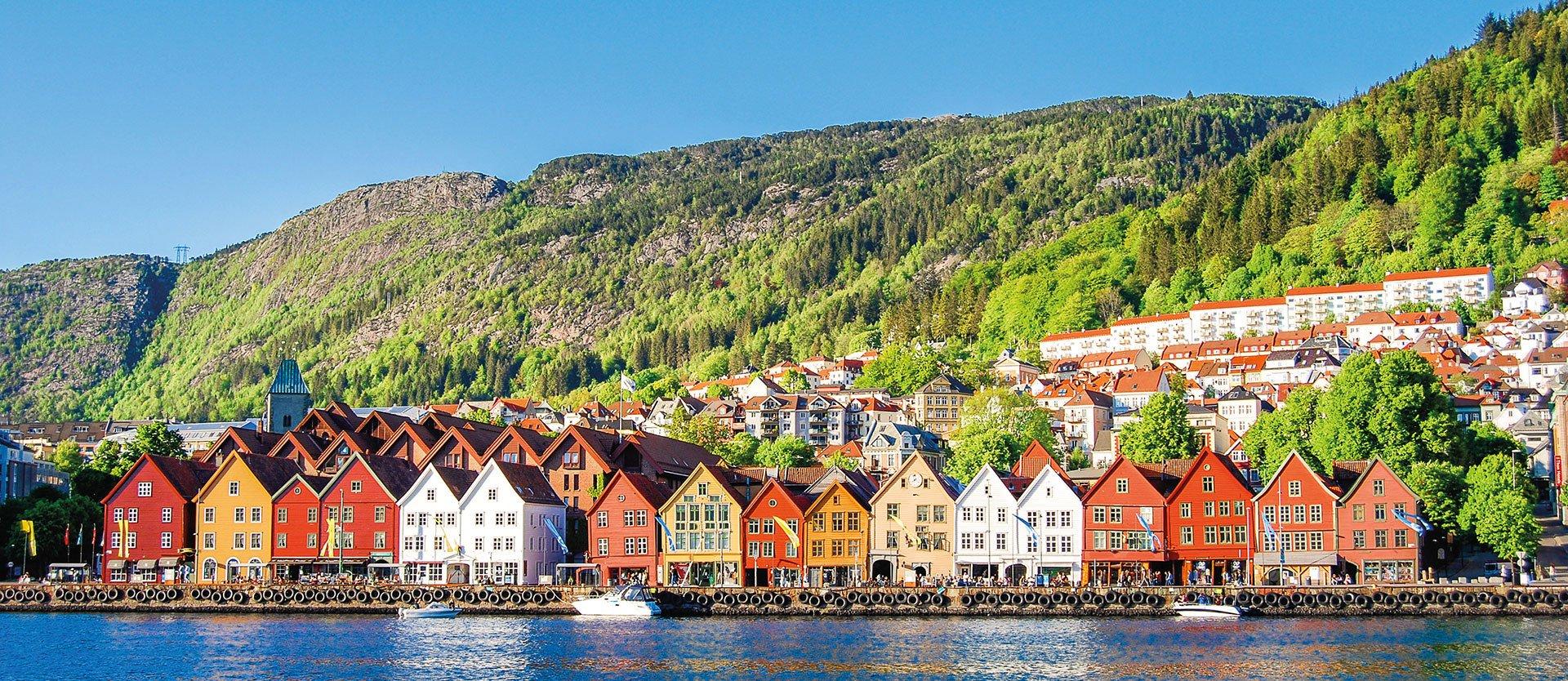 Skandinavische Häuserreihe am Fjord