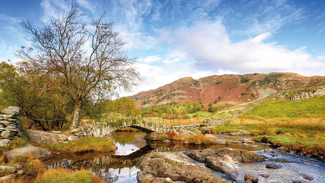 Lake District Brücke in Herbstlandschaft