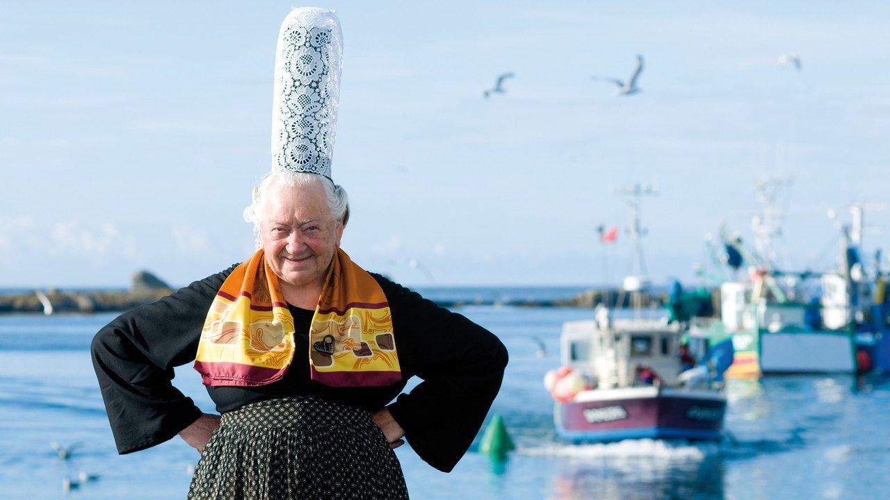 Frau mit Tracht in der Bretagne