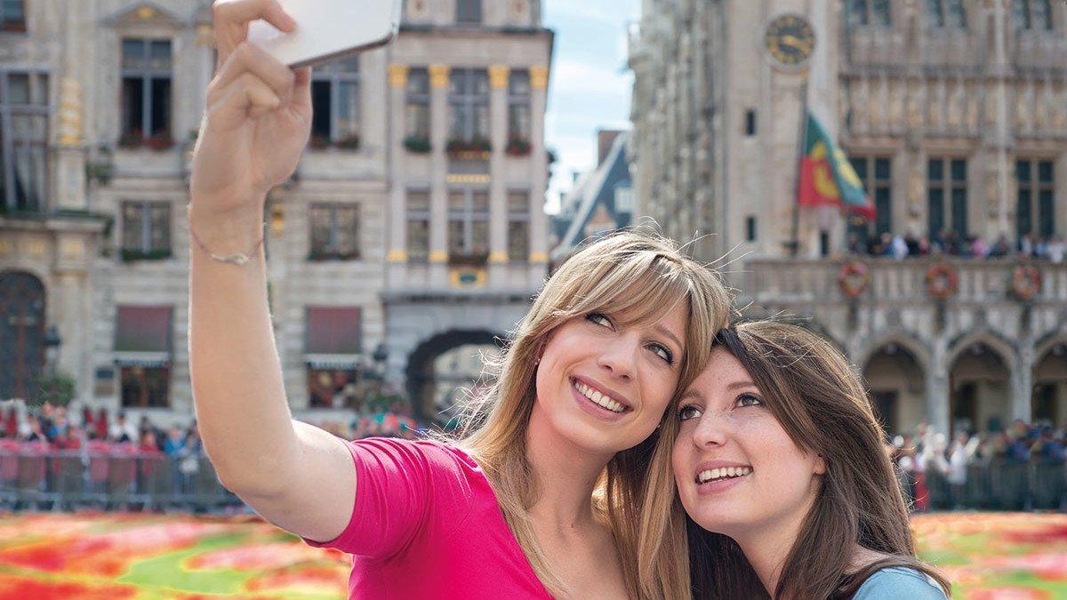 Zwei Mädchen machen ein Selfie in Brüssel