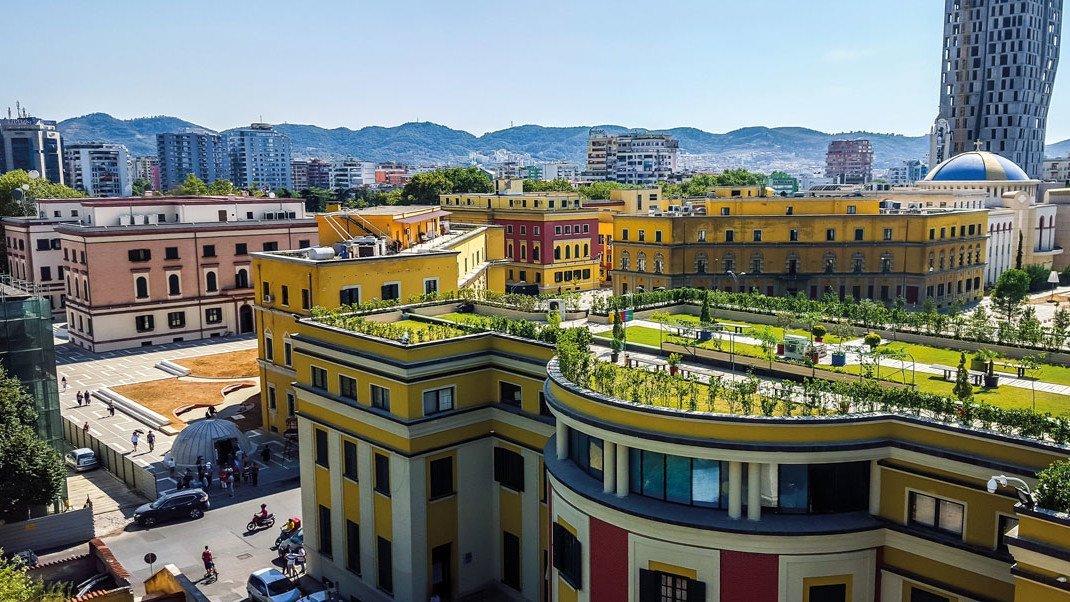 Panoramaaussicht auf einen Dachgarten in Tirana