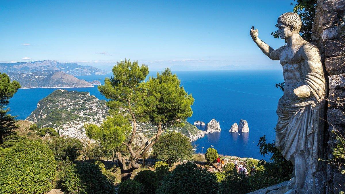 Wunderschöner Ausblick auf den Golf von Sorrent mit Statue im Vordergrund
