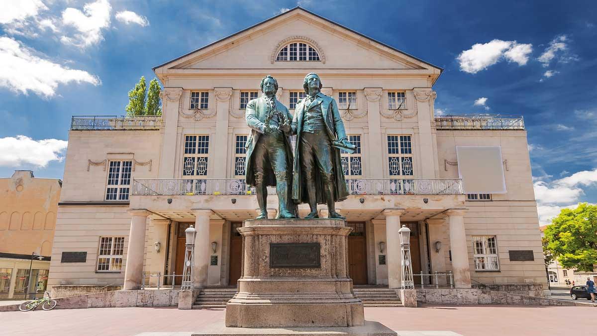 Goethe-Schiller Denkmal vor dem Nationaltheater in Weimar