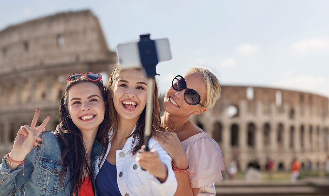 Mädels vor Kolosseum in Rom