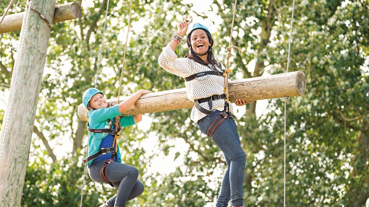 Zwei Schülerinnen im Hochseilgarten