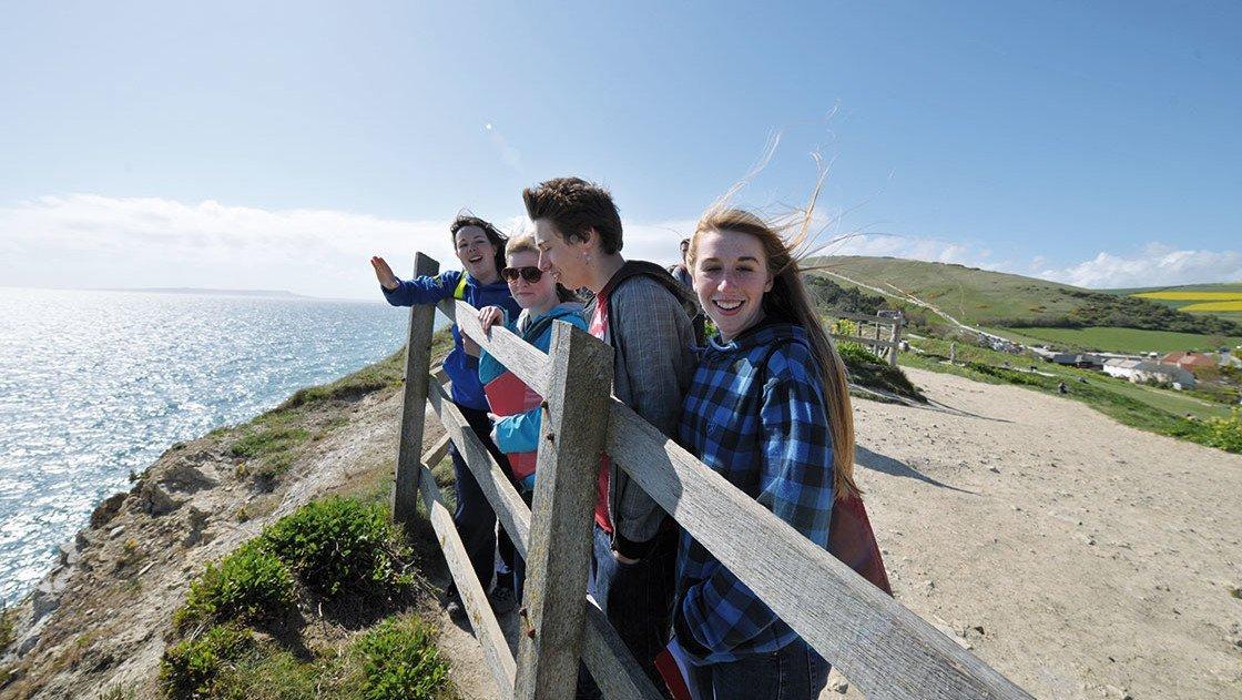 Jugendliche an der Fossilienküste