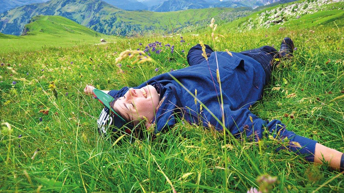 Junge liegt auf einer Wiese im Allgäu